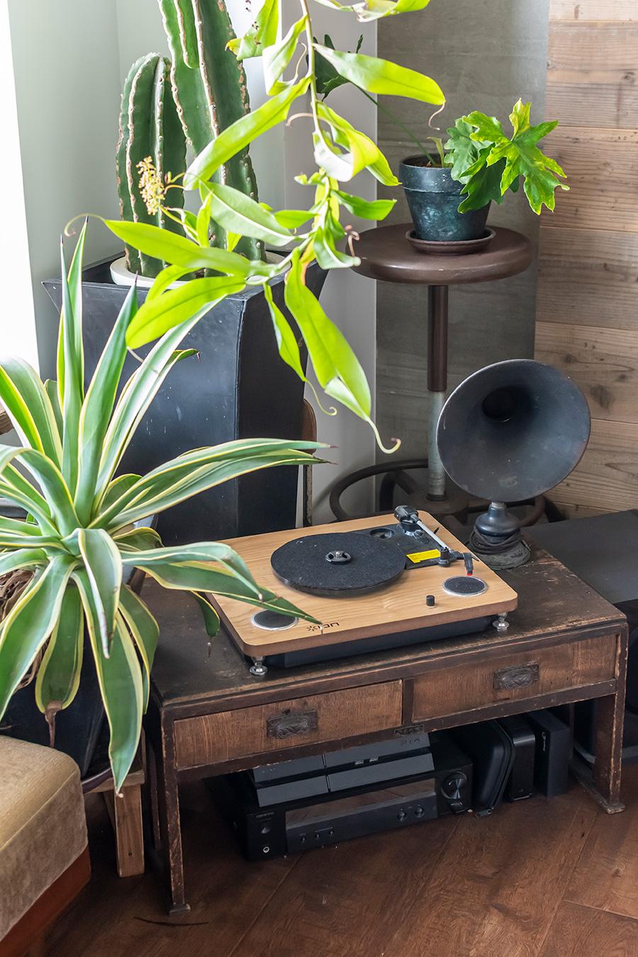レトロな文机の上にはレコードプレーヤーと蓄音機を。
