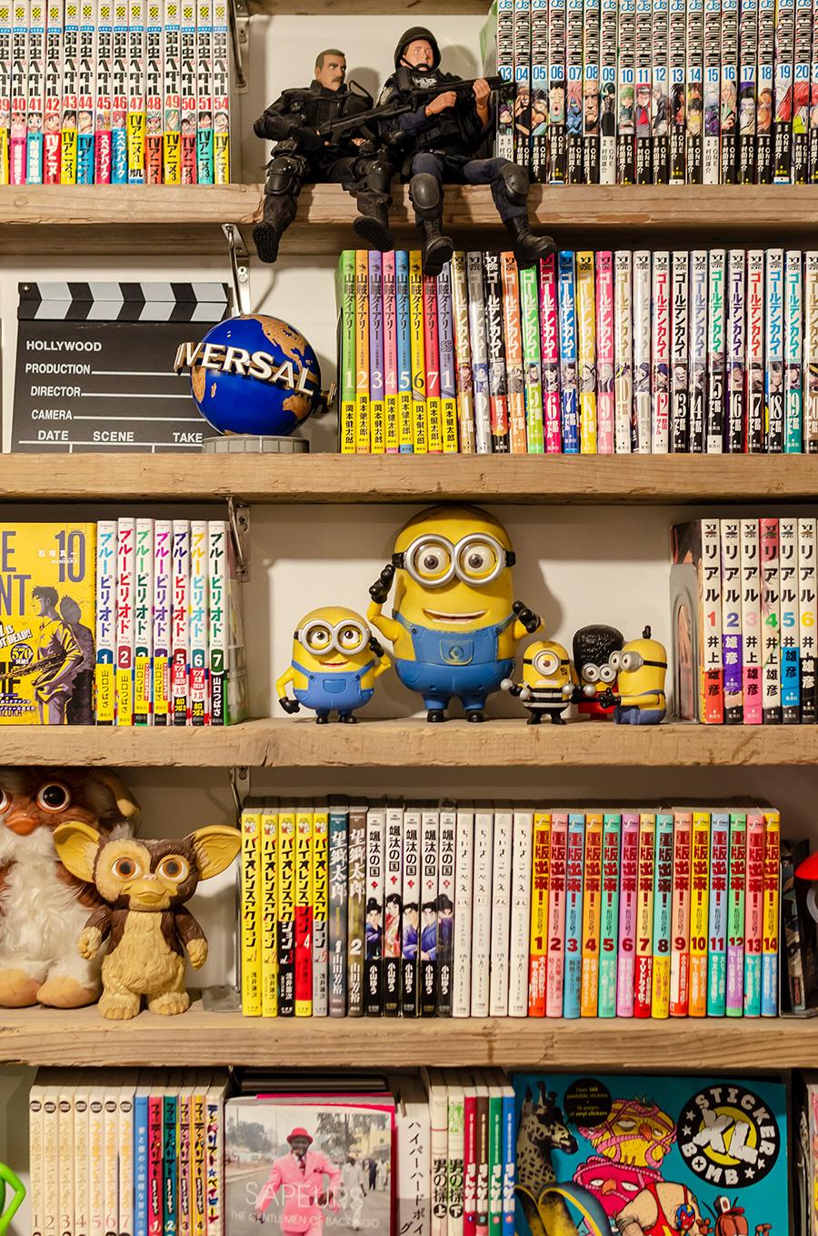 本棚には岳也さんの本や漫画のコレクションがずらり。