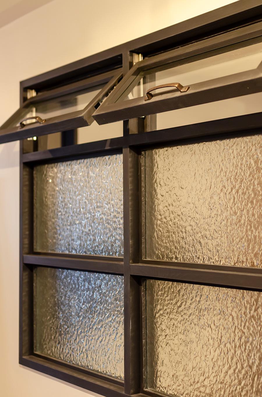 室内窓が各部屋の光と空気をゆるやかに繋ぐ。