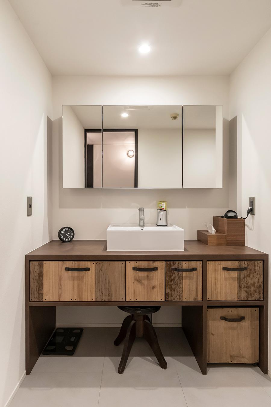 収納も兼ねたミラーキャビネットですっきりとした洗面台に。