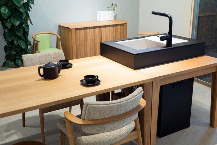 シンクのみのタイプ。ワゴン、食洗機なしで¥489,500(税込)〜。ダイニングテーブルはW900mm、W1350mm、W1500mmの3サイズ(D850mm、H710mmは共通)。