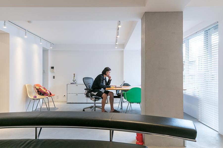 仕事スペースと生活スペースに区切りがなく、開放感のあるワンルーム。
