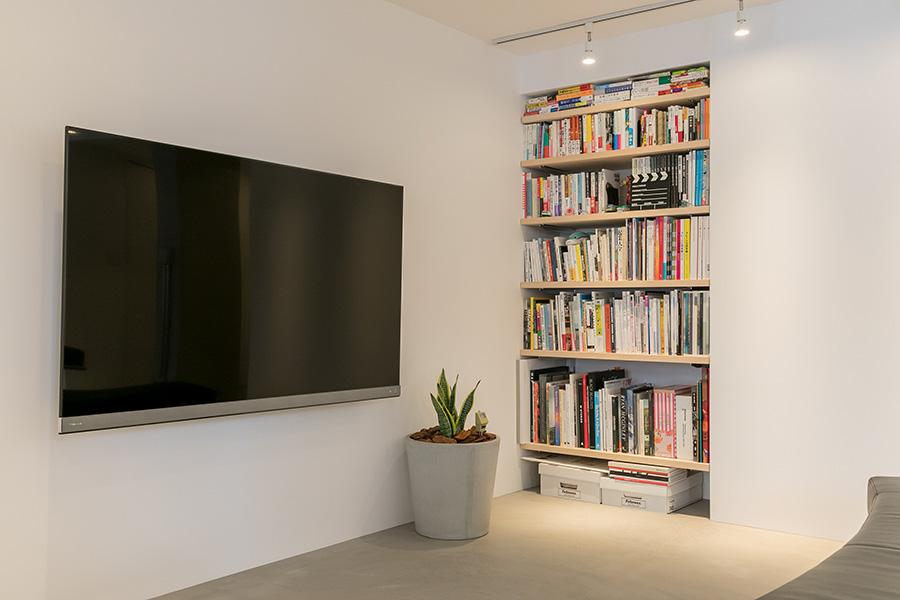 ウォークインをやめ、取り付けた本棚。壁に埋め込むことで空間を広く見せる。