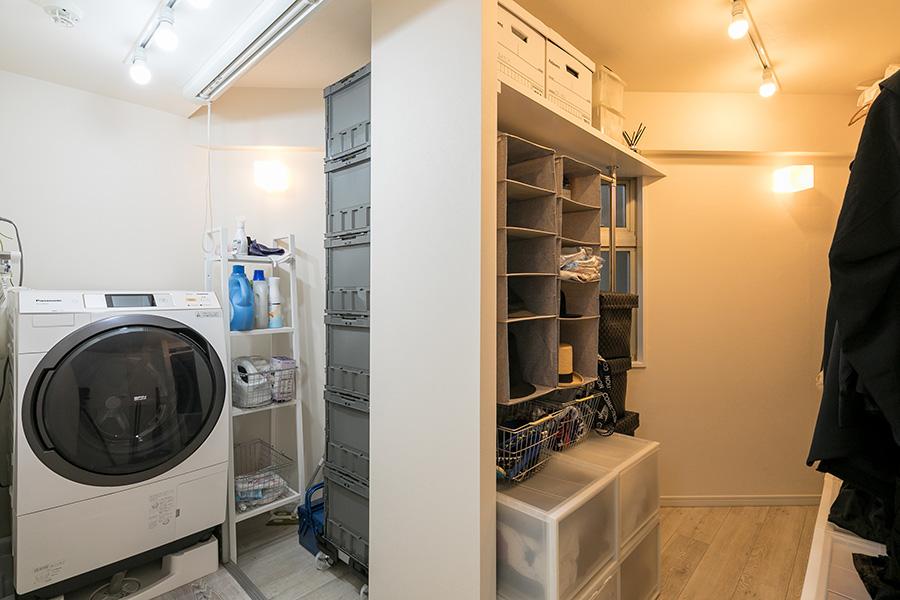 生活空間では、なるべく物が見えないよう、住居奥に収納部屋を設けた。