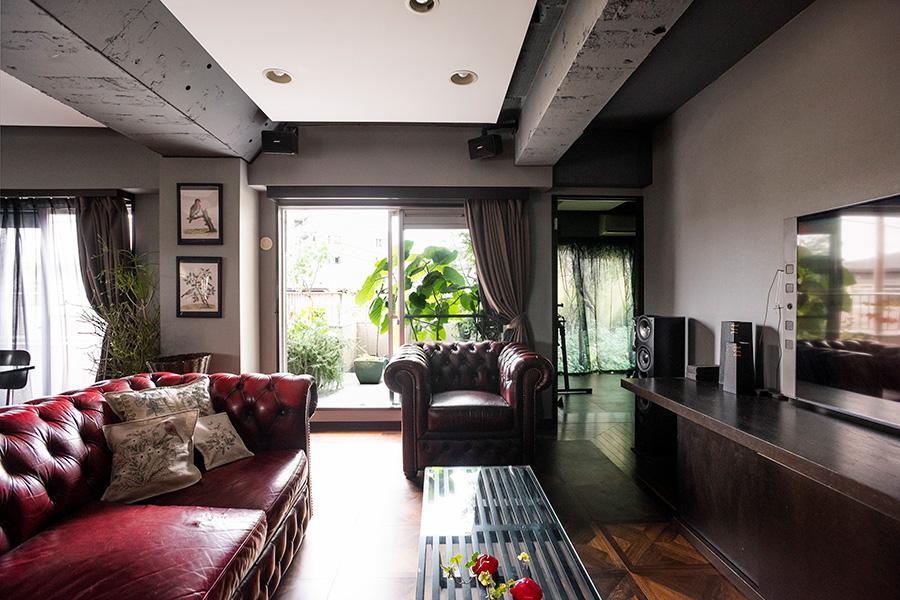廊下からLDKに入ると、視界はバルコニーへと抜ける。イギリスのアンティークスタイルを再現するCHESTER FIELDSのソファーが重厚な雰囲気。