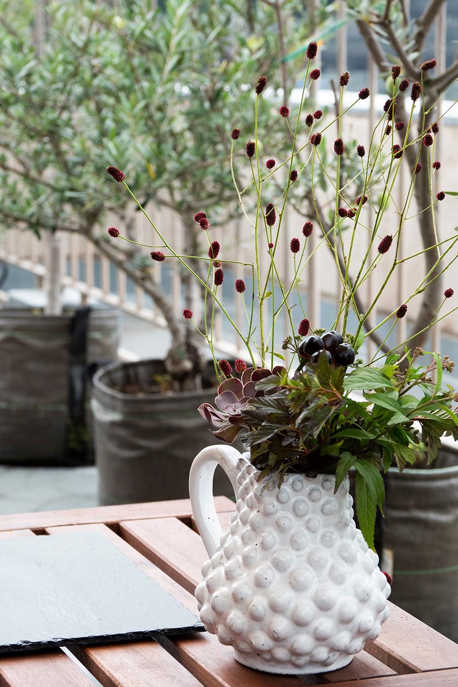 グリーンとの相性抜群のASTIER de VILATTEのフラワーベースに季節の植物を。