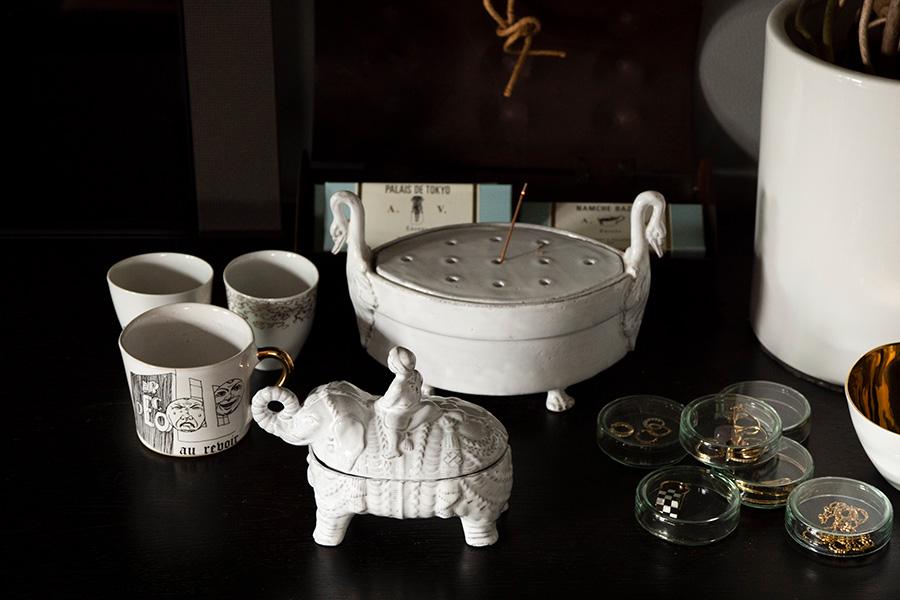 ASTIER de VILATTEのインセンスがリラックスムードを高める。左手前のコーヒーカップはドイツの陶芸ブランドKuhn Keramik。来年30周年を迎える『H.P.DECO』を記念したもの。