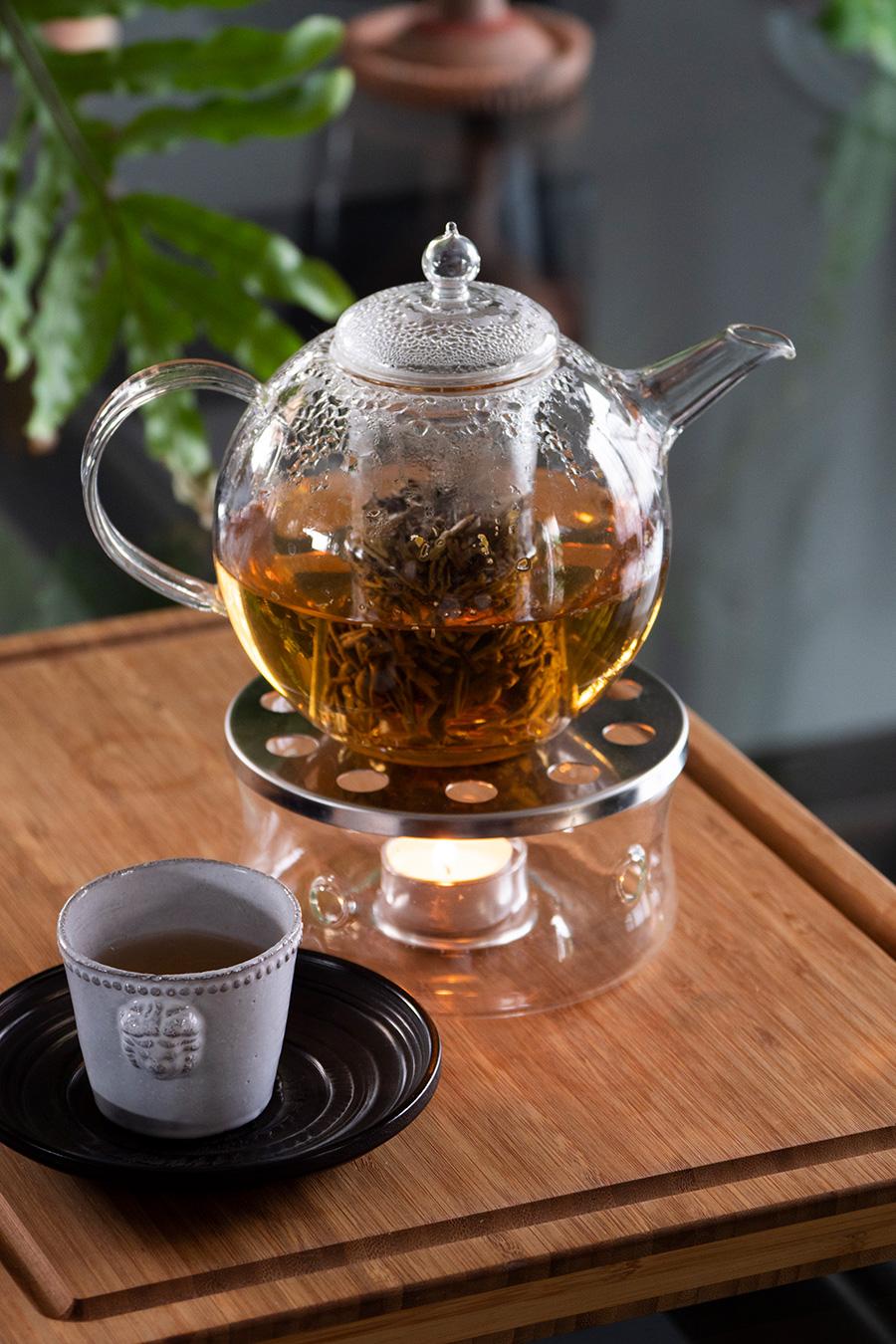長年探してやっと見つけた真ん丸のガラスのポットでお茶を。日本の職人がつくる吹きガラスで、ウォーマーもあり暖かいお茶を長く楽しめる。