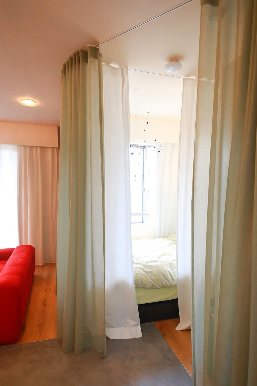 カーテンはKvadrat(クヴァドラ)社のもの。寝室は内側のL字のカーテンで仕切る。