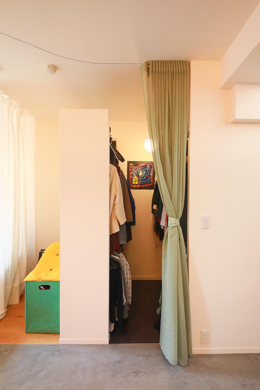 カーテンの奥にウォーキングクローゼットが隠れていた。