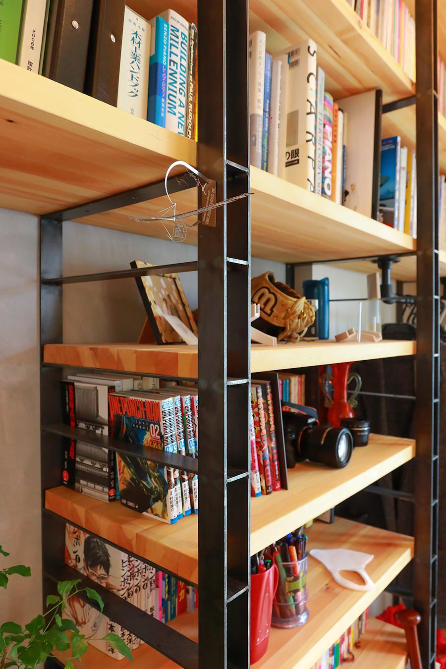 鉄のフラットバーと、規格品の垂木を組み合わせて構成した造作棚。工務店とのコラボレーションでデザインした。