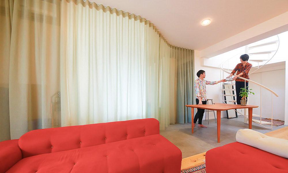 ゼネコン設計者夫妻の自邸リノベ 美しいドレープで 柔らかく仕切られた大きなワンルーム