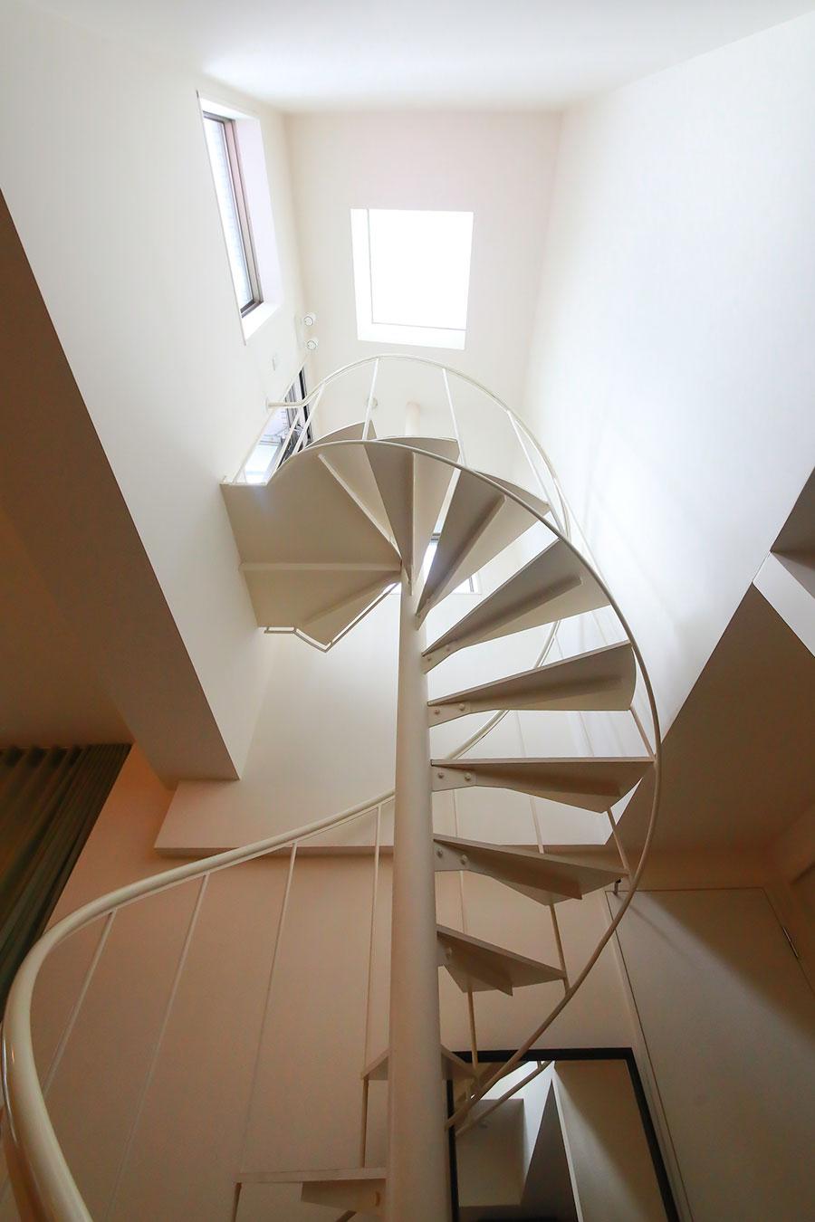 螺旋階段の上にはトップライト。