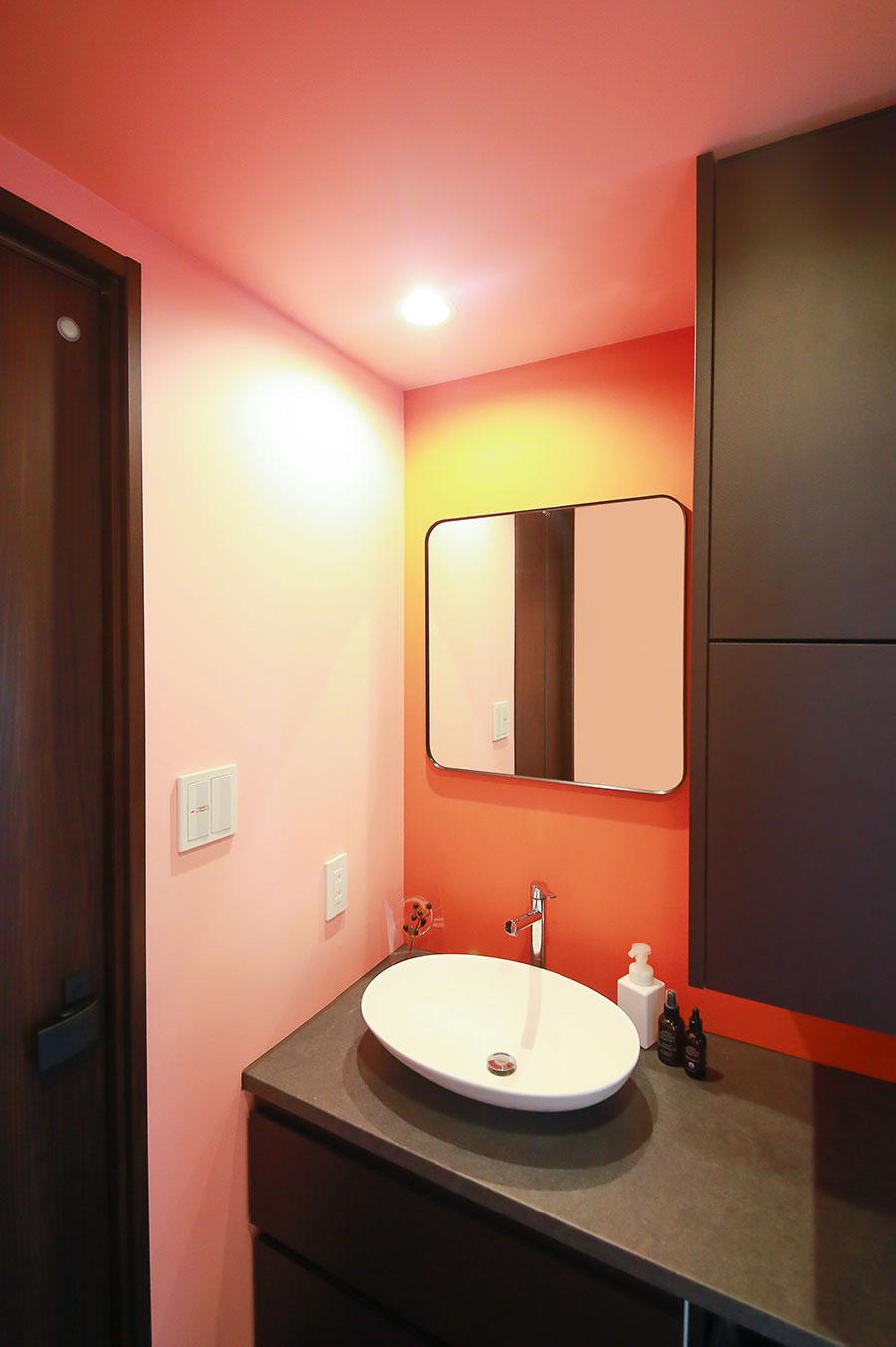 洗面所は大胆に色で遊んだ。