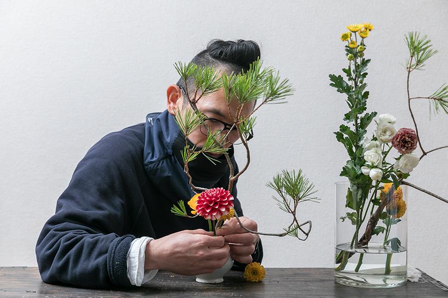 松飾りだからといって和の花材に限定しなくてもよい。ダリアやラナンキュラスといった人気の花材も積極的に使う。