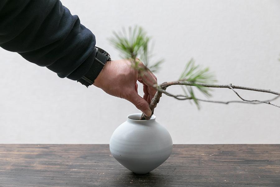 花器に松を入れ、角度を確認。