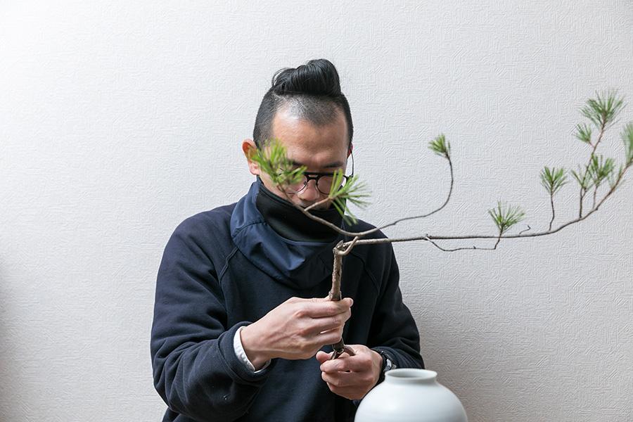 花器の内壁に沿うように斜めに鋏を入れ、さらに竹ひごをはさむための切り口を作る。
