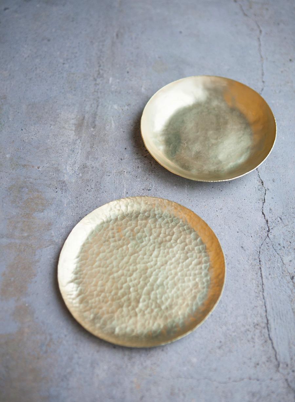 真鍮の小皿2枚が完成! 料理皿やお菓子皿としても、小物入れにも、色々使えそう。「真鍮の小皿2枚」のワークショップは所要時間約2時間で¥7,500(税別)。