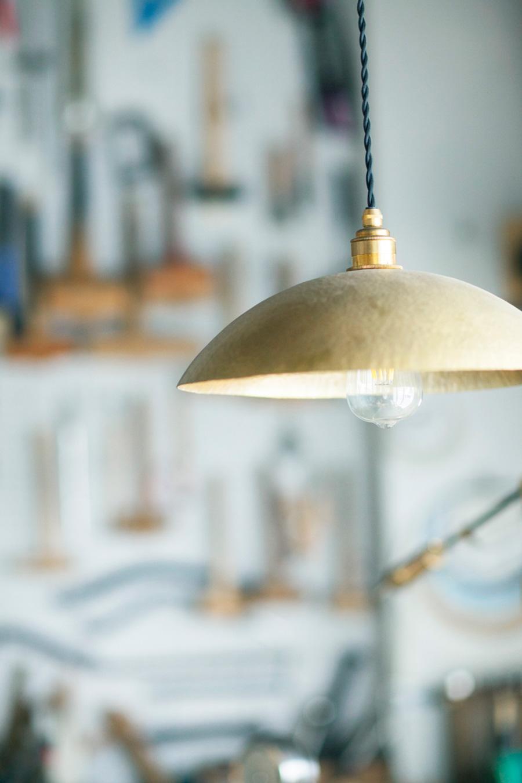大型やオリジナルサイズのランプシェードもオーダー可能。風合いが増していく経年変化も楽しみ。