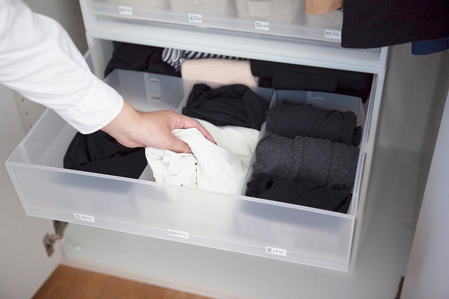 インナーや部屋着は収納ケースへ。ケースの中は、さらに100円ショップの収納ケースで仕切って、アイテム毎に分けている。