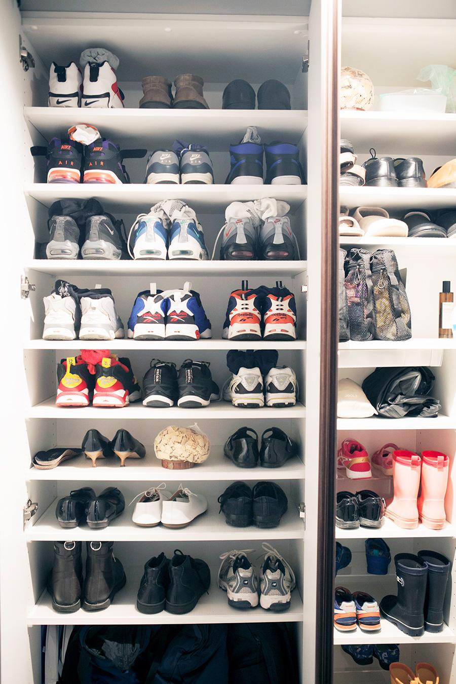 人別にゾーン分け。小さい靴を収める子どもの段は、コの字ラックを活用して収納力を高めている。