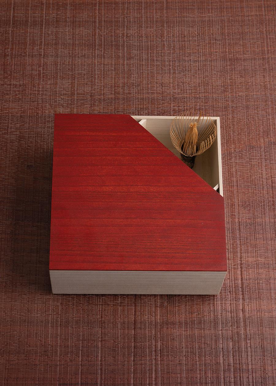 一辺が切り欠けているのは、茶道具を代表する茶筅を見せるためのデザイン。 茶道具箱 ¥10,000 塗蓋 ¥7,000〜塗蓋は拭き漆または真塗(朱・黒)、それぞれ一枚と切り欠け有りを展開、全8種類。