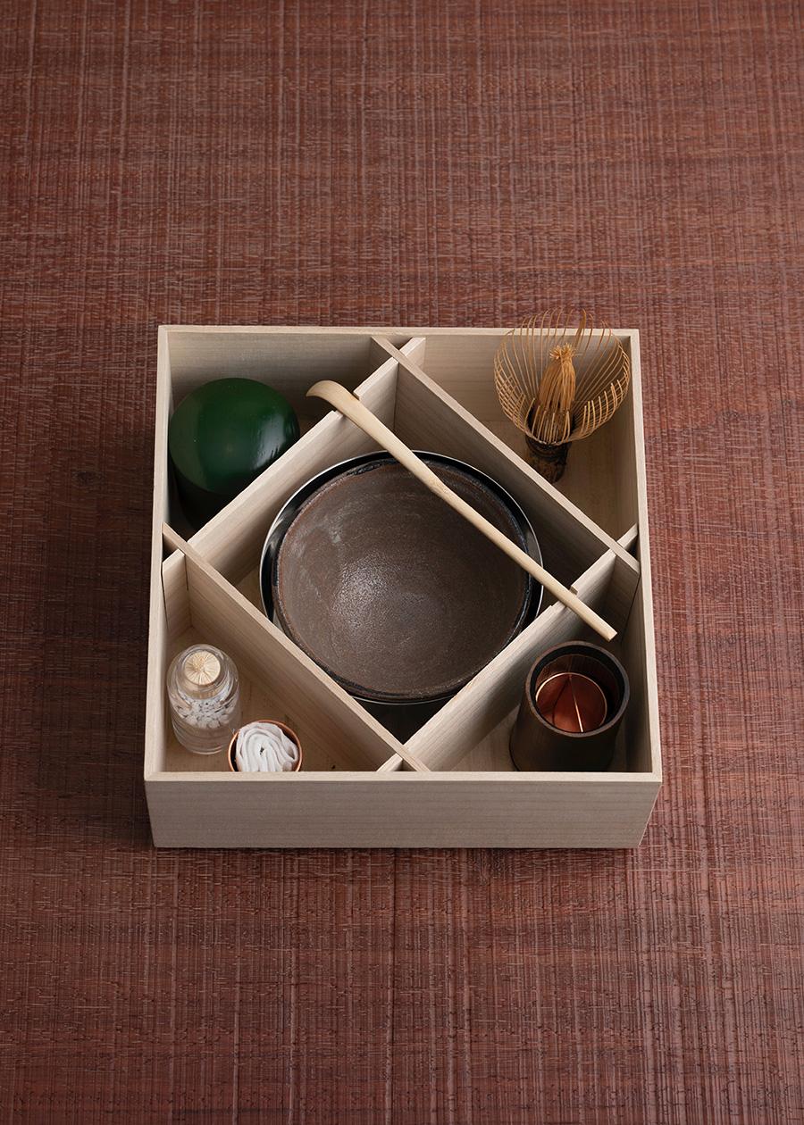 蓋を開けると木枠で仕切られた中に茶器が整然と収まる。 薄茶器 ¥25,000 茶杓 ¥1,800〜 茶筅 ¥4,000〜 一輪挿し ¥4,500 御茶巾 ¥800 茶巾筒 ¥2,500 振り出し ¥4,500 茶碗 ¥38,000