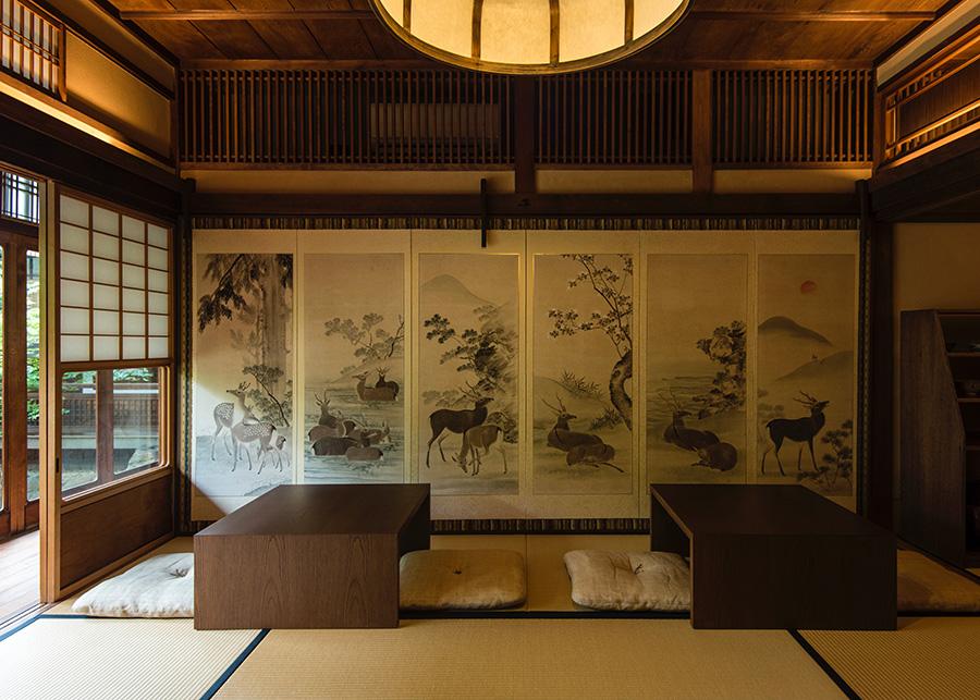 奈良町店のスペシャルな喫茶スペースは、江戸末期の画家、内藤其淵氏により描かれた襖絵が印象的。