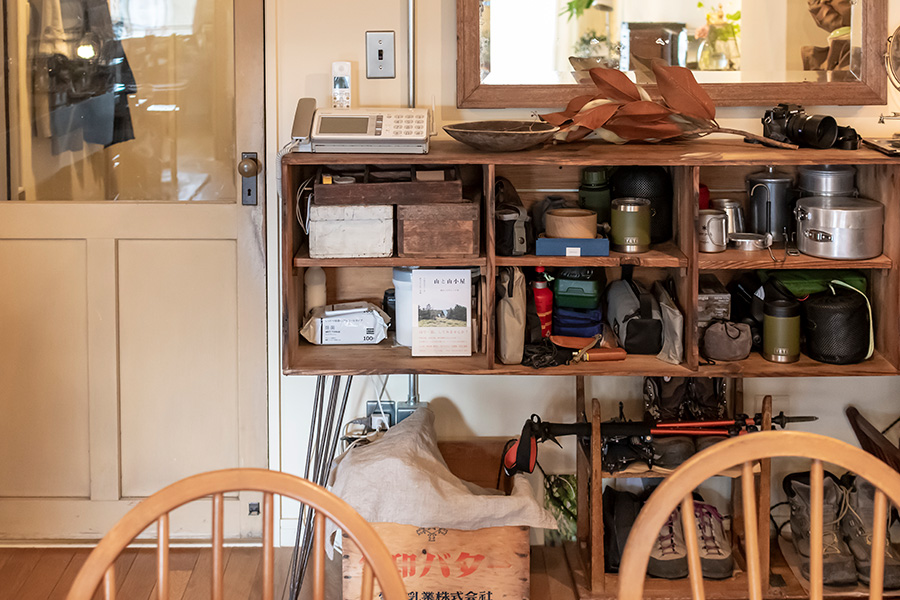 町工場で使われていたロッカーをリメイクした収納棚。
