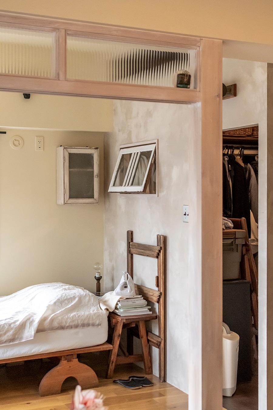 寝室は修道院をイメージした質素なデザインに。