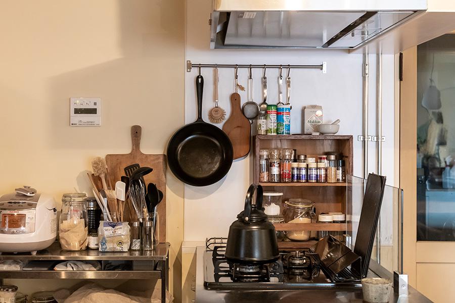 調理器具や調味料にパッと手の届く使い勝手のいい台所。