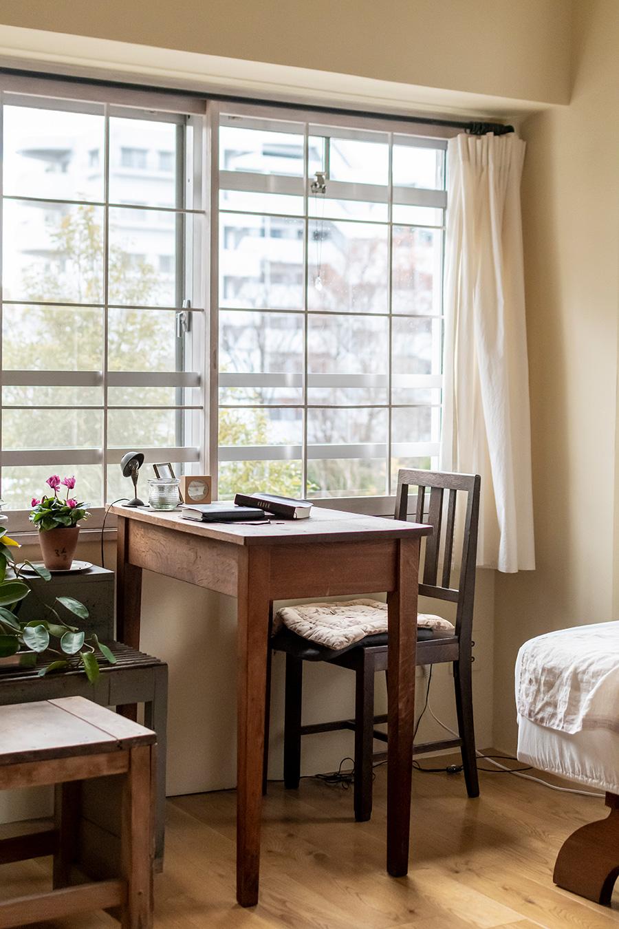 和室にあった障子の枠をDIYで白くペイントした窓枠。