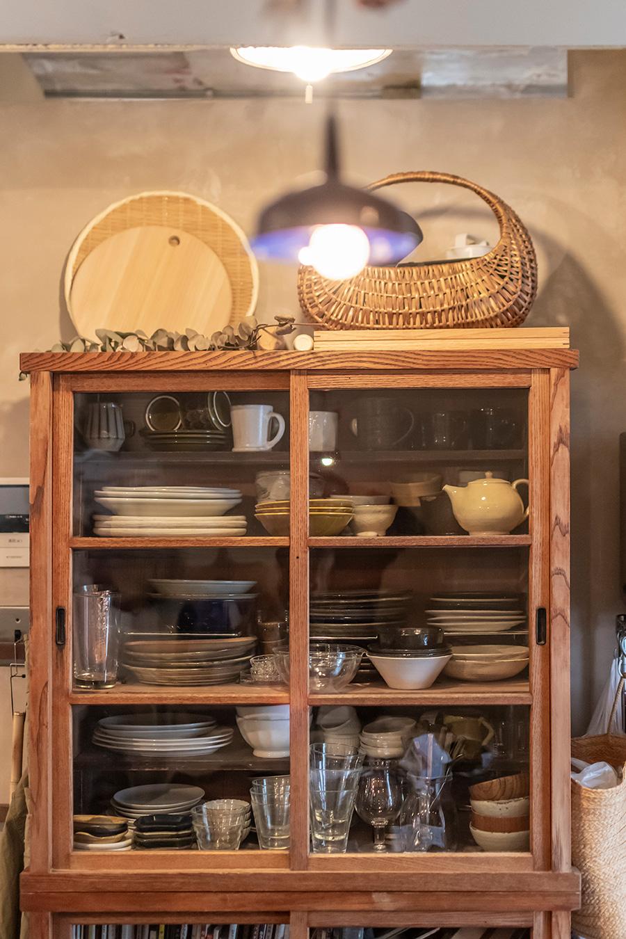 食器棚は昔ながらの水屋箪笥。