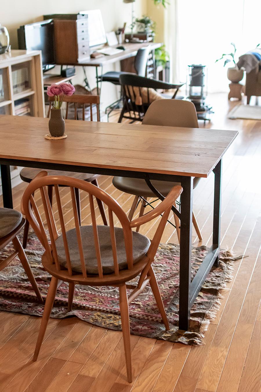 ダイニングテーブルは「REFACTORY antiques」の渡邉優太氏が製作したもの。