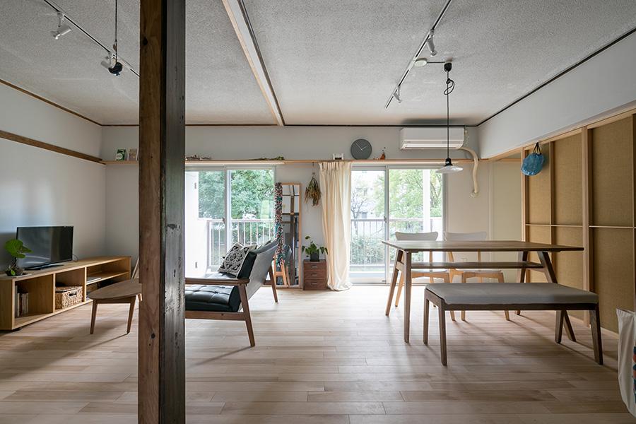ワンフロアのような広々とした開放感が印象的なLDK。床はご夫妻の希望であった無垢材を使用している。