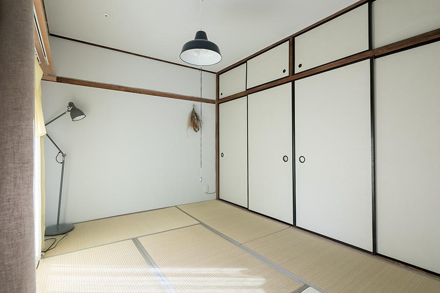 寝室として利用している和室。窓からはたっぷりの光が差し込む。