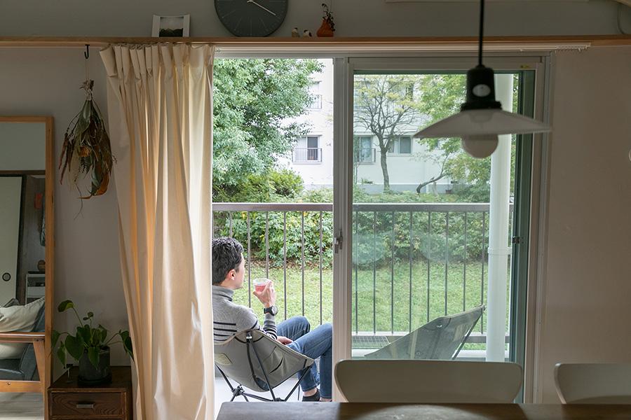 直弘さんのお気に入りの場所でもあるバルコニー。休日はアウトドア用の椅子を置き、読書などをして過ごすことも多いという。