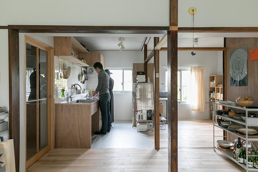 リビングからキッチンを見る。来客時でも孤立しないように、ワンルームに近い感覚のオープンな空間を目指した。