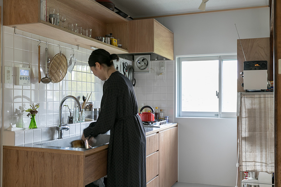 造作のキッチンは、寛子さんの使いやすさを追求し、カウンターの高さを調整している。