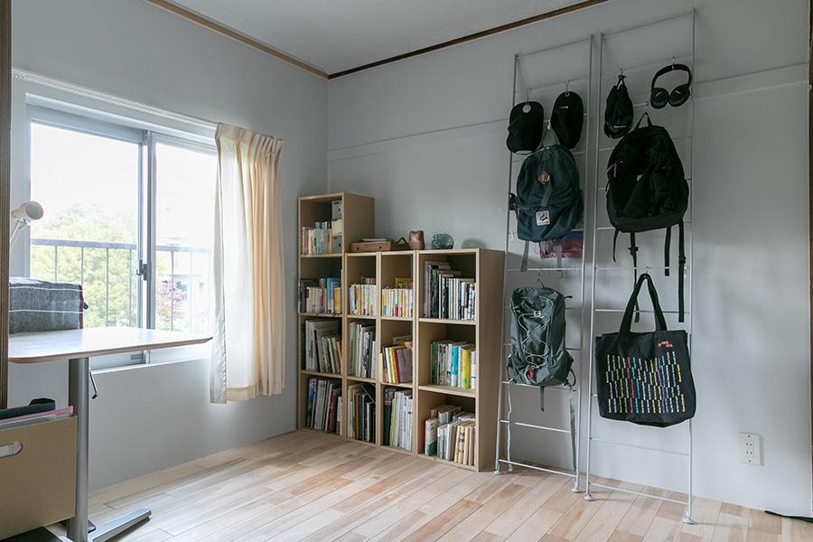 キッチン横の部屋は書斎として活用している。将来的には区切って使用することも考慮し、敷居を残している。
