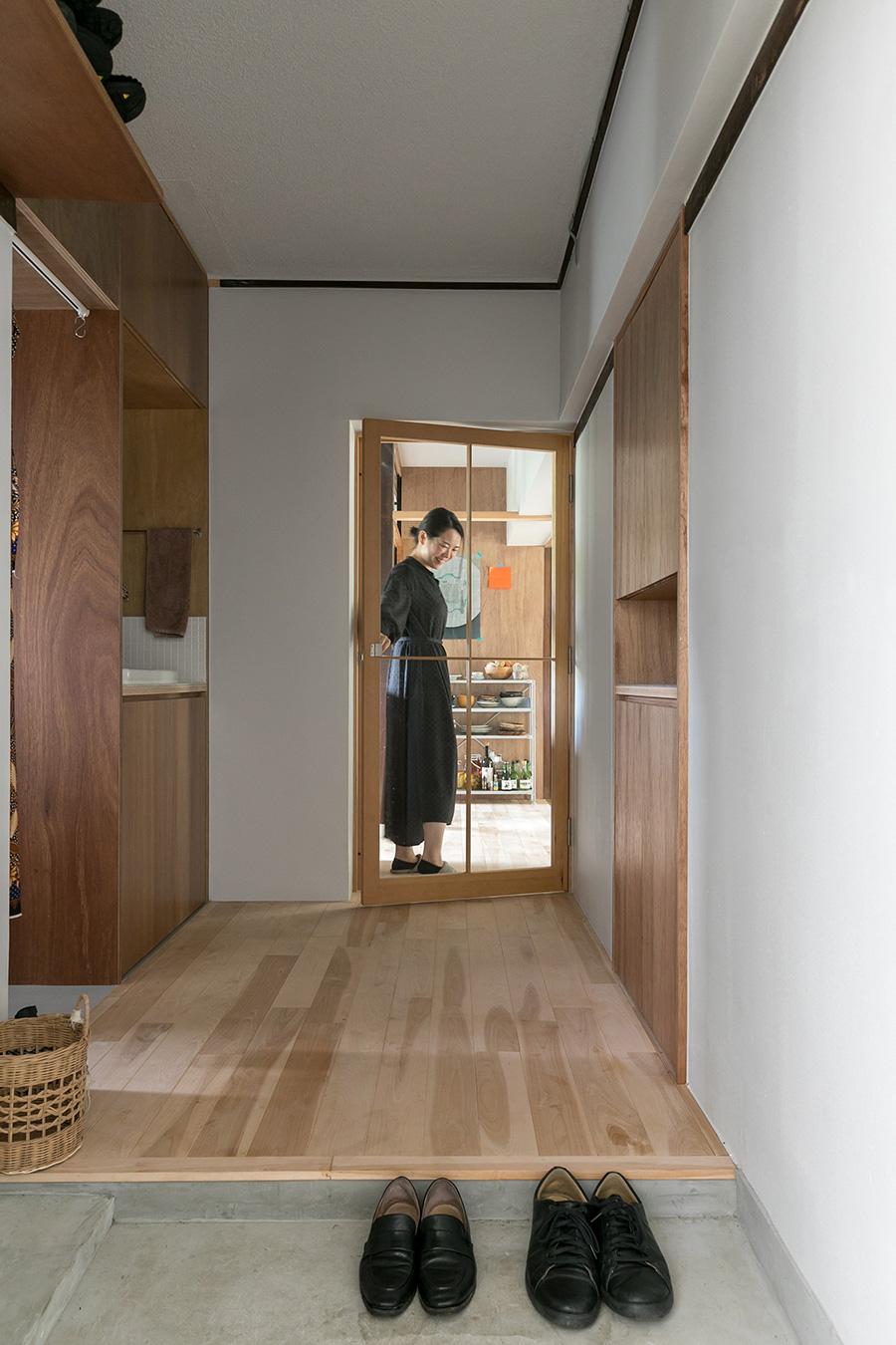 玄関から正面を見る。玄関は二人並んでも靴が履けるように、もともとあった寝室の入口を埋めて靴箱をつくり、玄関のスペースを広くした。