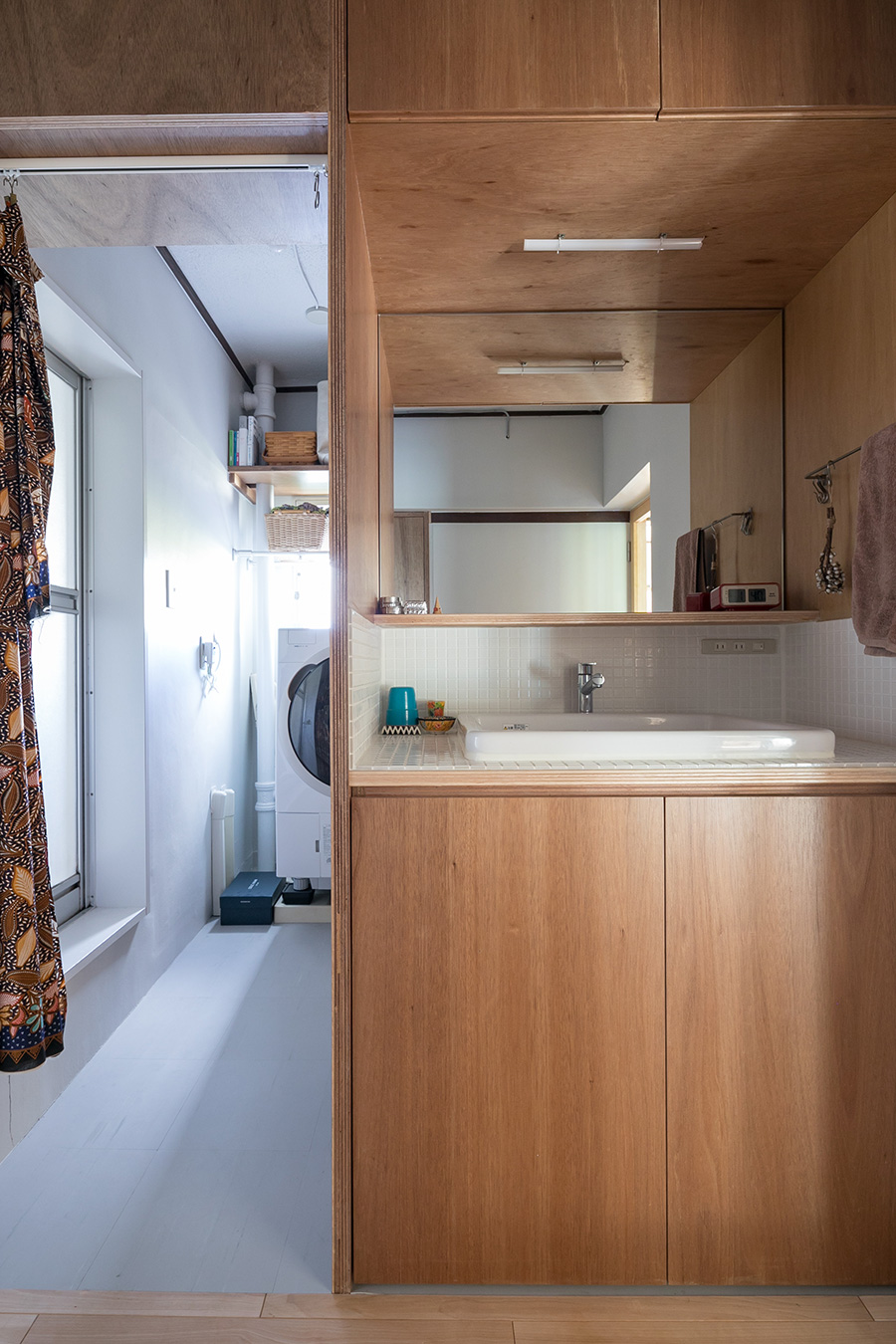 もともと団地特有のコンパクトなつくりだった洗面台を、廊下側にレイアウトを変更することによって、機能性とゆとりある広さを実現した。