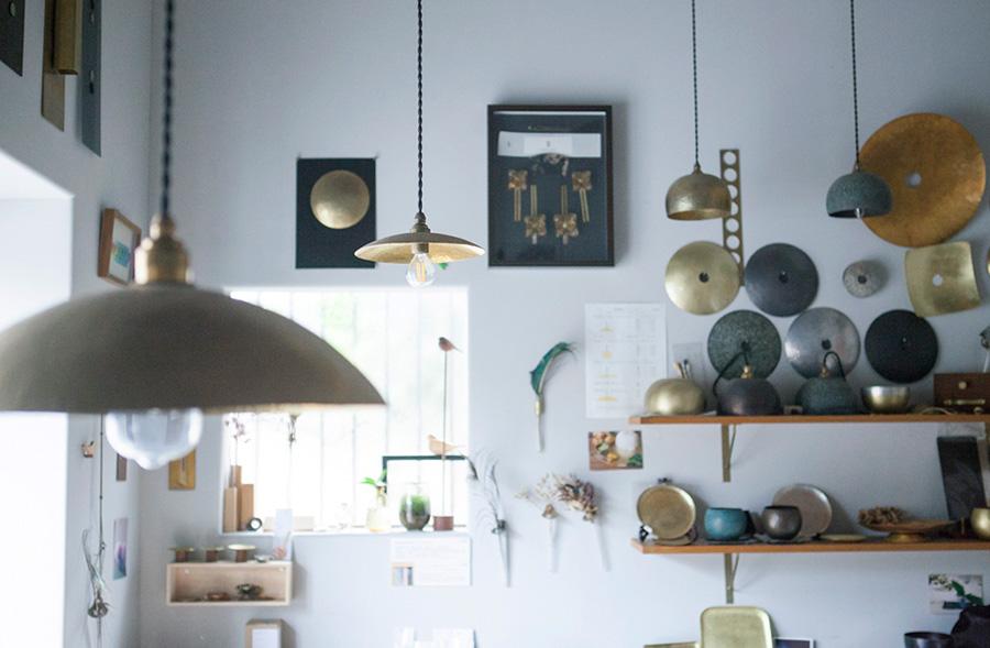 オリジナルの作品がたくさん飾られたアトリエ。WATO では真鍮の小皿やランプシェード、銅のグリルパンやミルクパン、錫のぐい呑み、豆皿などをワークショップで制作することができる。