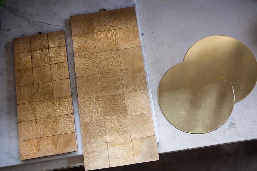 様々な鎚目模様がついたサンプルのプレートから模様を選び、直径150mmの円形にカットされた真鍮のプレートを加工していく。