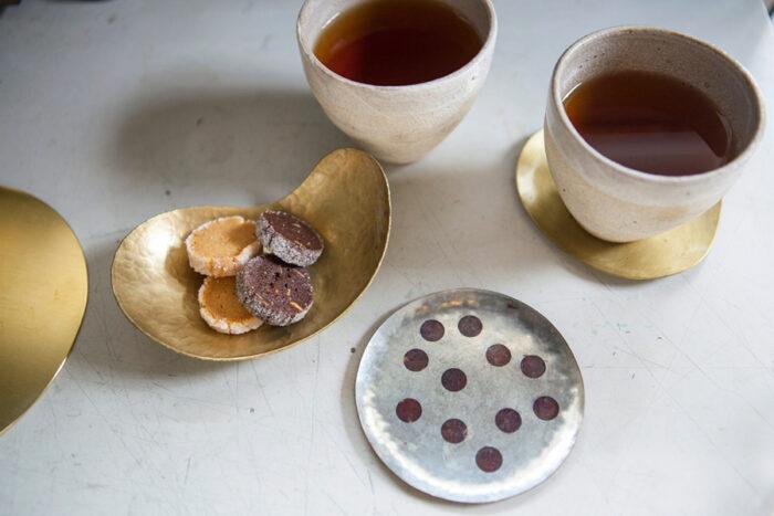 プレートが冷めるのを待つ間にティータイム。コースターや取り皿はWATOの作品。金属と陶器の組み合わせがいい。