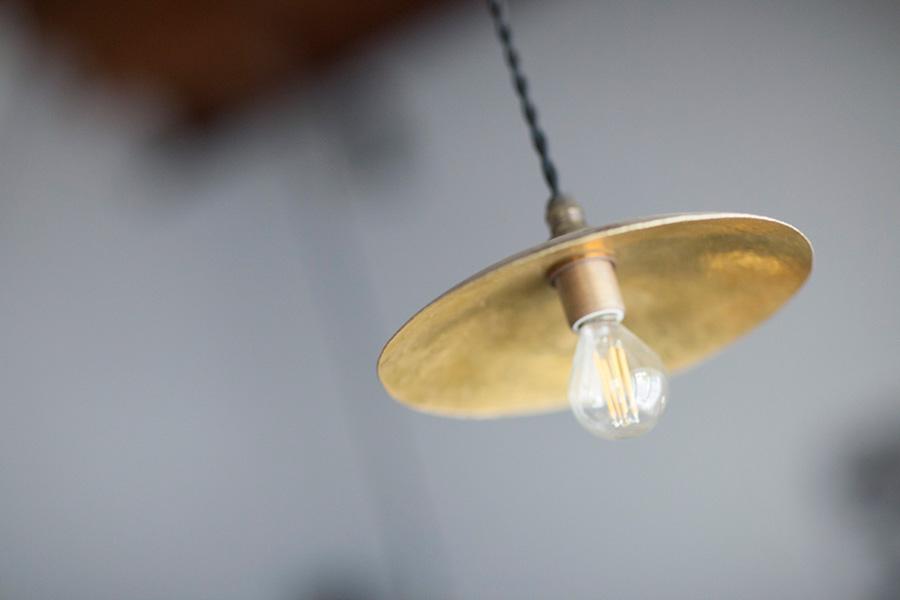アトリエショップでは様々な作品を購入できるほか、オーダーも可。今回の「真鍮で作る小皿2枚」のワークショップは、2時間¥7,500(税別)。