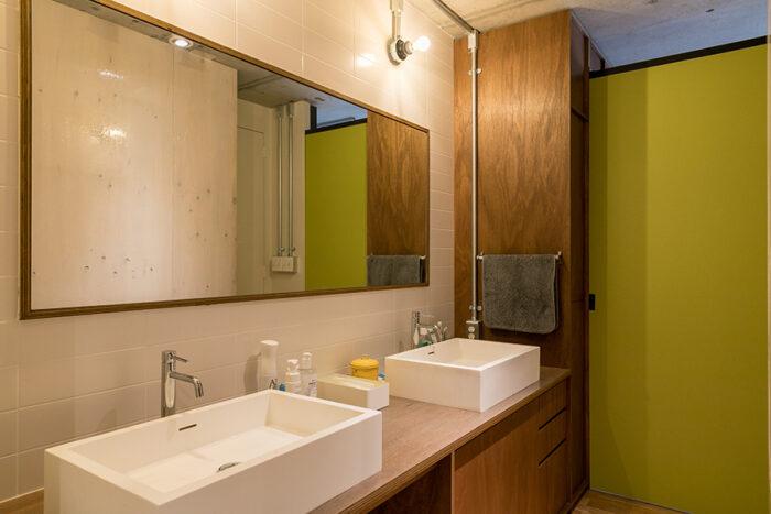寝室と洗面所の間は引き戸で仕切ることもできる。大型の鏡とダブルシンクのホテルライクな洗面台。