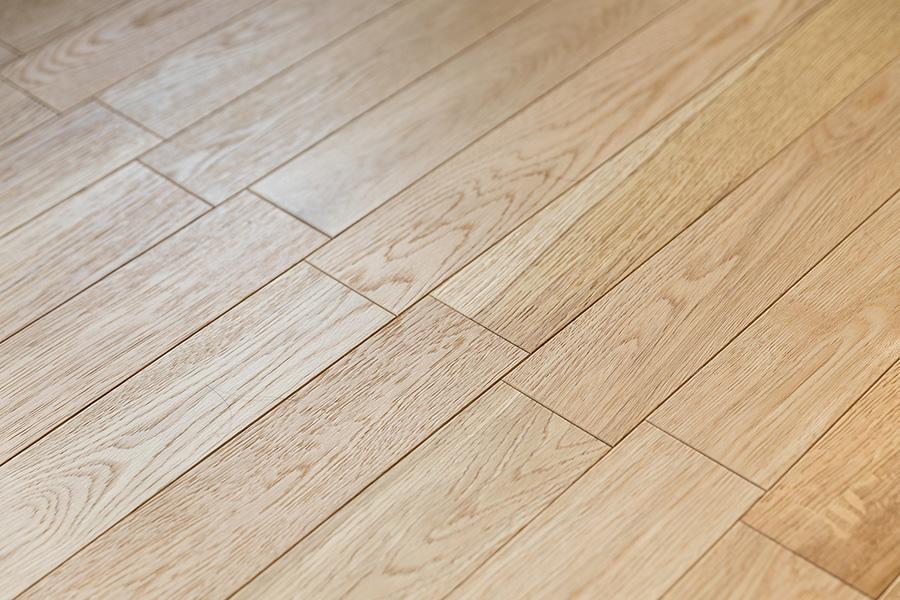 オークの床材は敷き方を工夫し、リビングにリズミカルなラインを刻む。