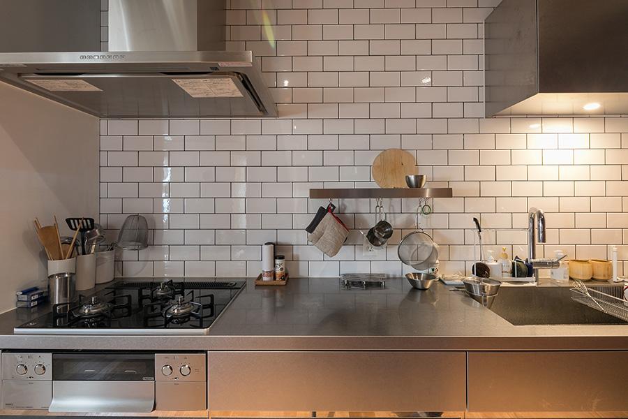 キッチンはサンワカンパニーのステンレス製のものをチョイス。
