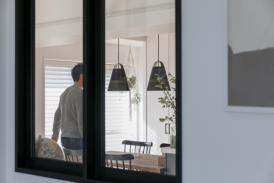 窓向こうのダイニングに見えるのはルイスポールセンのペンダントライト。